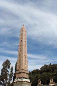 Één obelisk, voorzien van een partijtje hierogliefen.