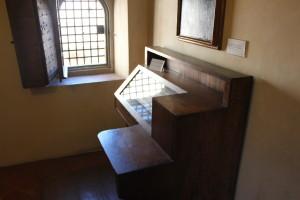 Het bankje van Savonarola, in zijn cel.